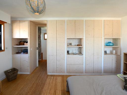 Aménagement d'un espace parental dans une extension en bois
